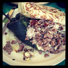 Chile relleno de carne y queso, acompañado con tortillas de harina... Delicioso