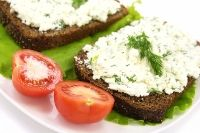 Bread spread with herbed soft kefir cheese recipe. Good for crackers, too Milk Recipes, Cheese Recipes, Real Food Recipes, Dairy Recipes, Healthy Recipes, Probiotic Foods, Fermented Foods, Kifer Recipes, Kombucha