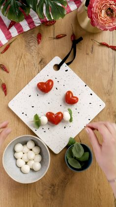 Tomato mozzarella skewers - Kochrezepte Videos - Appetizers for party Appetizers For Party, Appetizer Recipes, Tomato Mozzarella Skewers, Creative Food Art, Food Carving, Cake Decorating Videos, Food Garnishes, Food Platters, Food Decoration