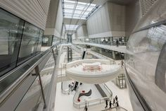 designed by foster + partners, the hankook technodome, a new research and development center for the korean tire firm, has opened in daejeon, south korea. Dark Interiors, Office Interiors, Beautiful Interiors, Chinese Architecture, Interior Architecture, Shopping Mall Interior, Interior Design Courses Online, Commercial Complex, Foster Partners