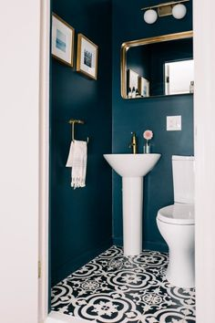 Small WC / powder room painted in dark blue with gold hardware Kleine Toilette / Gästetoilette in Du Powder Room Paint, Blue Powder Rooms, Small Powder Rooms, Gold Powder, Bad Inspiration, Bathroom Inspiration, Wc Retro, Small Toilet Room, Guest Toilet