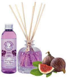 Dans ce coffret de parfum d'ambiance Soirée d'été sous le figuier, Jeanne en Provence retranscrit ces instants de détente et d'harmonie partagés entre amis à l'ombre d'un figuier, pour recréer dans votre maison une atmosphère pleine d'émotions et de souvenirs… Composez votre bouquet parfumé, disposez-le dans votre maison et profitez des senteurs boisées et de figue diffusées pendant plusieurs semaines. Le pack contient : un vase diffuseur + bâtonnets + une recharge de 100 ml.