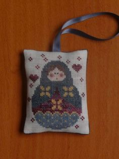coussinet poupée russe 09 Cross Stitch Christmas Cards, Russian Folk Art, Kinds Of Fabric, Christmas Patterns, Le Point, Handmade Crafts, Needlepoint, Knit Crochet, Reusable Tote Bags