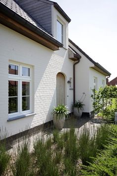 Exterior House Colors, Exterior Doors, Exterior Design, White Brick Houses, Farmhouse Architecture, Dutch House, Villa, Weekend House, Garden Deco