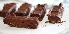 Dat gevoel dat je chocolade moet hebben, het liefst nu meteen en veel, op het moment dat je aan het stemmetje toe wilt geven is daar dat andere stemmetje dat je zegt dat je het niet moet doen omdat het slecht voor de lijn is. Dat stemmetje is nu verleden tijd, van deze brownie kun je zonder schuldgevoel snoepen. De basis van dit recept komt van de blog van Lindsey en heb ik gebruikt voor de brownie. Echter heb ik wel wat aanpassingen en tips bij het recept om hem nog lekkerder te maken. Zo…