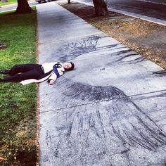 Durf jij op de stoep te tekenen? Of moet de vraag zijn: durf jij op de stoeptekening te gaan liggen en een engel te zijn?