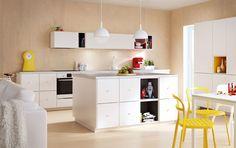 Cucina IKEA moderna con ante, cassetti e piani di lavoro bianchi e mobili a giorno TUTEMO colorati.