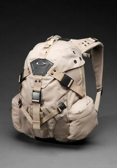 Oakley icon pack so trendy right now. Very camp, very street! Oakley Bag, Oakley Sunglasses, Sunglasses Outlet, Mochila Oakley, Moda Men, Get Home Bag, Tactical Backpack, Tactical Packs, Tac Gear