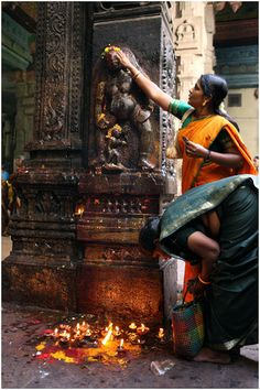 I love this about India! Puja at Sri Meenakshi Temple, Madurai, Tamil Nadu, India. Photo by Hans Hendriksen Indian Temple, Hindu Temple, Temple India, Madurai, We Are The World, People Of The World, Temples, Religions Du Monde, Amazing India