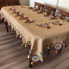 Inspire-se nessa bela toalha de juta usando trocando o crochet por módulos de Renda Tenerife de linha colorida Embroidery Stitches, Embroidery Patterns, Hand Embroidery, Knitting Patterns, Crochet Patterns, Crochet Home, Crochet Motif, Crochet Doilies, Crochet Pillow
