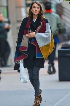 Alexa Chung - she's wearing my boots! I am a style icon! Burberry Poncho, Custom Capes, Alexa Chung Style, Dress To Impress, Jeans, Nice Dresses, Girl Fashion, Celebrity Style, Street Style