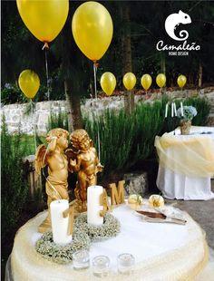 Coroas e velas decoradas para comemoração de aniversário.