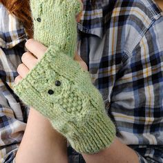 just picture~ another owl wrist warmer- w different rib and ending (different from pattern) Cute owl hand warmers Owl Knitting Pattern, Mittens Pattern, Knitting Patterns Free, Free Knitting, Free Pattern, Hat Patterns, Knitting Tutorials, Knitting Machine, Loom Knitting
