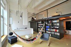 Le studio de design INBLUM a créé ce loft original à Vilnius, capitale lituanienne, pour un jeune couple. Ancienne usine réhabilitée en logement, les murs d'origine ont été conservés, l'intérieur est très lumineux et abrite un espace généreux et confortable.  Un haut plafond a permis l'intégration d'une mezzanine où se trouve la chambre, cet ajout offre un espace de vie supplémentaire au niveau principal et augmente la fonctionnalité de l'ensemble de l'appartement.