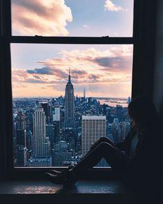 De rust die het meisje in het raam uitstraalt in de het drukke hartje van NYC