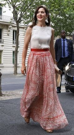 23/06-2019 In the evening, The Crown Princess attended a dinner hosted by Paris Ambassador of Denmark Michael Starbæk Christensen. Crown Princess Mary, Princess Mary Casual, Modern Princess, Royal Princess, Princess Style, Princesa Mary, Skirt Outfits, Chic Outfits, Royal Monarchy