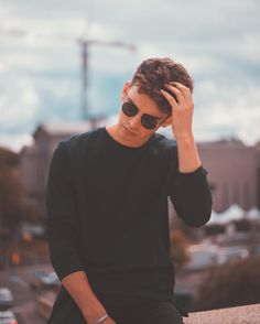 17 trendy ideas photography poses for men photo shoots backgrounds Portrait Photography Poses, Photography Poses For Men, Exposure Photography, Photography Lighting, Iphone Photography, Male Models Poses, Male Poses, Fotos Tumblr Boy, Photo Pose For Man