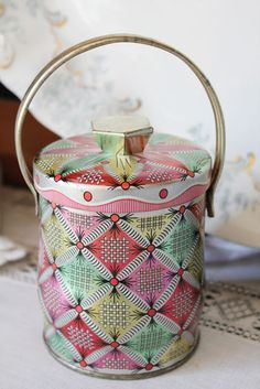 Itsy Bits and Pieces: Pretty vintage tin.
