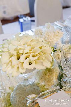 A low centerpiece arrangement of white calla lilies is so elegant and chic. Wedding Décor, Centerpiece