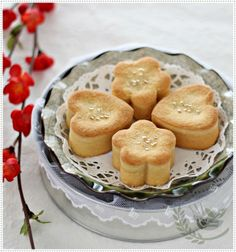 Taiwanese Pineapple Shortcake 台式凤梨酥 (we call it Pineapple tart here) is also one of my favourite sweet snacks, it is crumbly, melt in your mouth texture. Cheesecake Recipes, Dessert Recipes, Pineapple Tart, Shortcake Recipe, Picnic Foods, Sweet Pastries, Specialty Cakes, Cooking Recipes, Easy Recipes