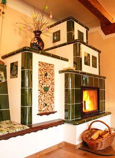 Veľká kachľová pec s nádhernými zelenými kachlicami a vyhrievanou lavicou, ktorú sme nedávno postavili v Hrabušiciach. www.lishakkrby.com Fireplaces, Villas, Stove, New Homes, Home Appliances, Wood, House, Home Decor, Fireplace Set