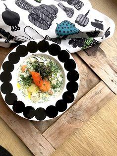 Kalakeitto ilman kalaa! Keitto saa kuitenkin paljon perinteisestä maustaan tuoreista yrteistä ja sitruunasta. Laita päälle cavi-artia sekä hieno silputtua nori merilevää niin keitto saa pehmeän ja miellyttävän merellisen maun. #vegetarian #vegefood #vegeruoka #villinävegeen #kasvisreseptit Tzatziki, Tofu, Sushi, Plates, Tableware, Licence Plates, Dishes, Dinnerware, Griddles