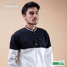 Baju koko pria modern yang satu ini simpel. Hanya polos warna hitam dan putih. Meski simpel tapi tetap terlihat elegant.