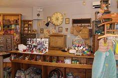 la boutique ….decorée en meubles anciens et meubles de métier