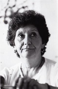 Sola Sierra,, mujer luchadora, sin miedo y aguerrida que inspiro a muchas madres, hermanos, padres,, a buscar a sus familias desparecidas del regimen militar de chile,, una gran mujer, la cual tuve el placer de conocer..