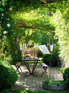 Outdoor room, simple and qute. Pergola Patio, Backyard Patio, Backyard Landscaping, Cheap Pergola, Back Gardens, Small Gardens, Outdoor Gardens, Dream Garden, Home And Garden