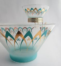Atomic Chip and Dip Bowl - I have this! Sadly no smaller dip bowl, just the big beauty. My fruit bowl! Vintage Kitchenware, Vintage Dishes, Vintage Glassware, Vintage Pyrex, Corningware Vintage, Danish Modern, Mid-century Modern, Mid Century Decor, Mid Century Style