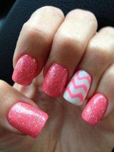 Uñas en color rosa decoradas con brillos y dibujos en zig-zag - Uñas Pasión