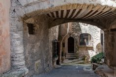 Passage dans une ruelle du vieux village