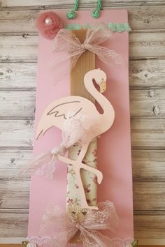 Λαμπάδα με ξύλινο ροζ φλαμίνγκο, φλοράλ ύφασμα, πον-πον και δαντέλα. Η λαμπάδα είναι δεμένη πάνω σε ροζ ξύλινο κάδρο. Greek, Gift Wrapping, Easter, Candles, Gifts, Gift Wrapping Paper, Presents, Wrapping Gifts, Easter Activities