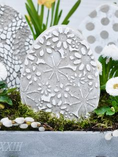 DIY Easter decoration: make your own concrete eggs and casting mold - rich in decoration ideas - Ostern - Form: Insulation board / Styrodur 4 cm thick, cutting mat, concrete parts sand: 1 part cement) o - Diy Easter Decorations, Flower Decorations, Wooden Crafts, Wooden Diy, Flower Planters, Flower Pots, Wooden Flower Boxes, Diy Osterschmuck, Macrame Plant