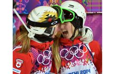 Justine Dufour-Lapointe (R) celebrates winning the gold medal with her sister Chloe who won the silver in the Ladies' Moguls final in Roza Khutor Extreme Park at the Sochi 2014 Olympic Winter Games, February Photo Ed Kaiser - Postmedia Olympic Team Winter Olympics 2014, Winter Olympic Games, Winter Games, Photo Ed, Run And Ride, Freestyle Skiing, I Am Canadian, Sister Act, O Canada