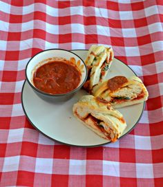 Slice up this freshly baked Braided Pepperoni Pizza Bread and serve with marinara sauce Easy Appetizer Recipes, Easy Dinner Recipes, Delicious Recipes, Healthy Recipes, Top Recipes, Crockpot Recipes, Meal Ideas, Dinner Ideas, Pepperoni Rolls