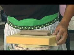 Pottery Video: Sandi Pierantozzi's Puffy Handle Techniqueשיטה חדשה לעשות ידיות ידיות- ליצור מלבן לשים אותו על גליל צר ולעצב לו צורה מעוגלת  ואז סוגרים על משטח רך את הסגירה ליצירת גליל, את הגליל החלול שנוצר הופכים  לידית. ניתן לעשות ידית מרובעת.  גליל צר