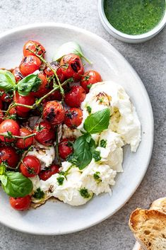 Sweet, grilled tomatoes are delicious in this Caprese salad with fresh mozzarella and basil dressing. Serve with crusty bread as an easy appetizer. Tomato Caprese, Salade Caprese, Lemon Herb Chicken, Herb Roasted Chicken, Easy Summer Salads, Summer Salad Recipes, Clean Eating, Healthy Eating, Grilled Tomatoes