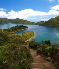 ... na magnífica Lagoa do Fogo. / ... in its beautiful crater lake of Lagoa do Fogo. #açores #azores #tapportugal