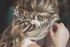 ¿No te querés complicar tanto con el peinado de tu casamiento? Una opción fácil, rápida y muy linda son los semirecogidos que no le quitarán protagonismo a tu vestido de novia. ¡Inspirate con la galería de fotos que te ofrecemos para elegir el tuyo!