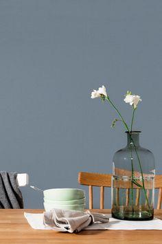 En QuickUp-tapet (non-woven material). Lätt att tapetsera, limmas direkt på väggen. Tapeten är producerad i Sverige. Den tillverkas med hänsyn till vår miljö, tål att tvättas med tvål och vatten och har en hög ljushärdighet. Rullängd 10,05 m, bredd 53 cm. Ingen mönsterpassning. Möblerna i bilden säljs inte på Ellos.