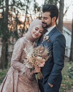The process is ok pose çThank you very much thank you very much God … – Wedding Dresses Muslimah Wedding Dress, Muslim Wedding Dresses, Muslim Brides, Wedding Hijab, Wedding Picture Poses, Wedding Poses, Wedding Photoshoot, Wedding Couples, Foto Wedding