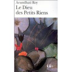 """""""Tout ce qu'on peut dire de l'Inde est vrai, on y voit les choses plus clairement parce que c'est le chaos"""", affirme Arundhati Roy à propos de ce premier livre qui lui a valu le Booker Prize en 1997. La jeune romancière indienne s'est inspirée du village d'Ayemenem, dans l'État de Kerala en Inde du sud, où elle a grandi."""