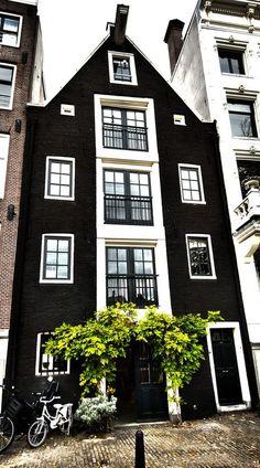 Presencia infinita del monocromo: blanco y #negro en un edificio #geométrico del centro de Amsterdam.