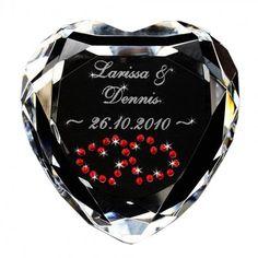 Seit Jahrhunderten steht es für die Liebe – das Herz. Beweise nun auch du deinem Partner deine Liebe. Mit dem Kristallherzen, verziert mit echten Swarovskisteinen. via www.monsterzeug.de