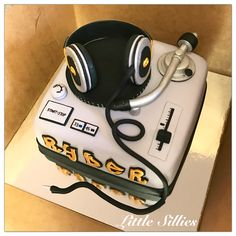 A turntable cake for an old school hip hop party
