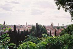 Giardini di Giusti – Werona, Włochy. Część wschodnia składa się z dwóch kwater z kwietnikami i labiryntem, pomiędzy którymi znajduje się fontanna. Z górnej częsci ogrodu na wzgórzu św. Piotra, rozciąga się zachwycająca panorama miasta. Ogród ten uznawany jest za jeden z najpiękniejszych we Włoszech.