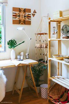 Atelie com clima escandinavo com móveis de pinus e cores neutras.