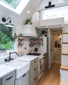 A stunning heritage style tiny house kitchen. Tyni House, Tiny House Cabin, Tiny House Living, Tiny House Plans, Tiny House Design, Tiny House On Wheels, Cozy House, Condo Living, Shed Homes